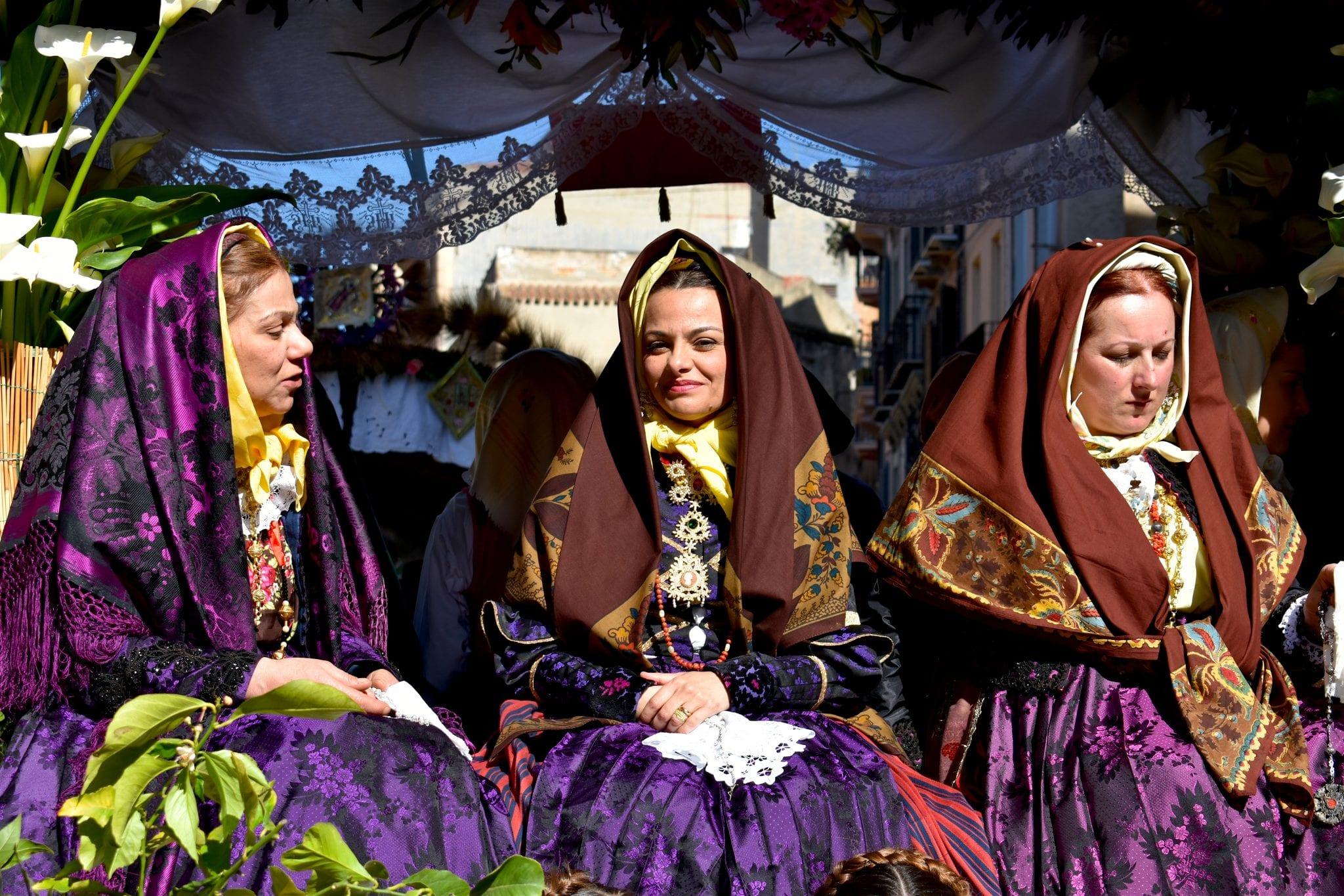 S. Efisio 2019 - festa della mamma - le plume - donne in abito tradizionale