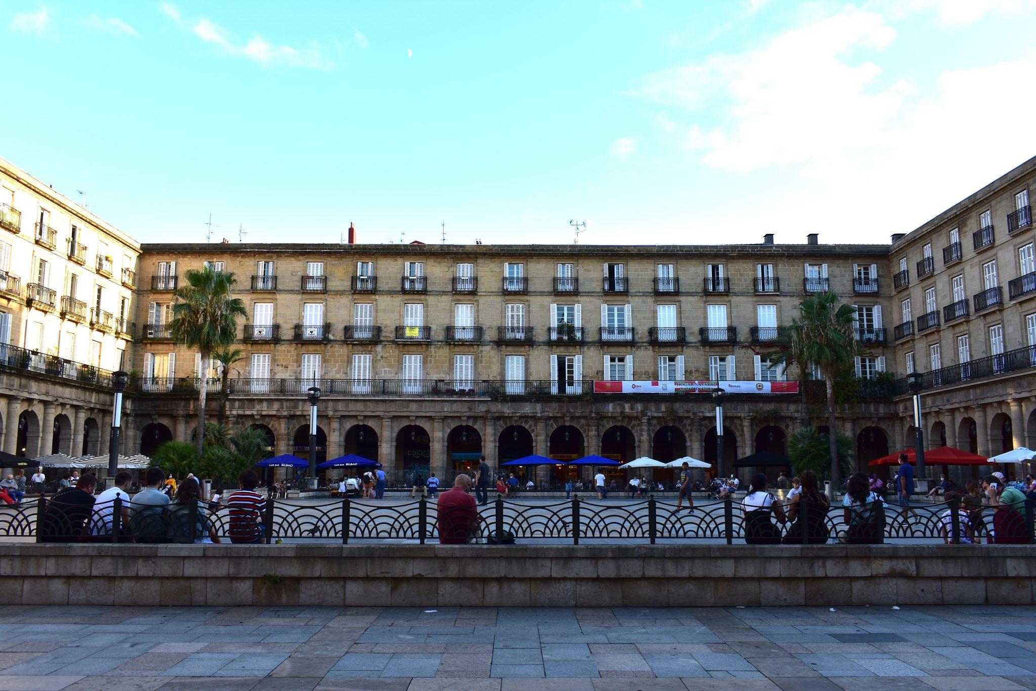 Bilbao-Cosa-vedere-a-Bibao-in-una-settimana-Casco-Viejo-Piazza-di-Spagna-Le-Plume-